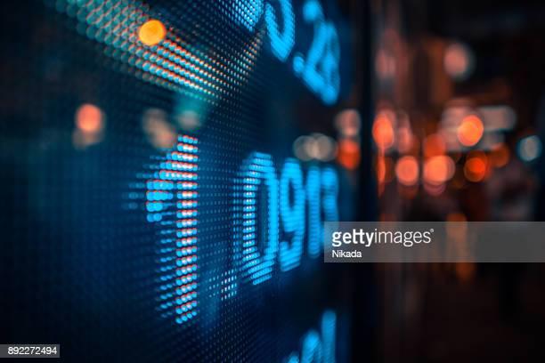 finanzielle börse zahlen und citylights - kurstafel stock-fotos und bilder