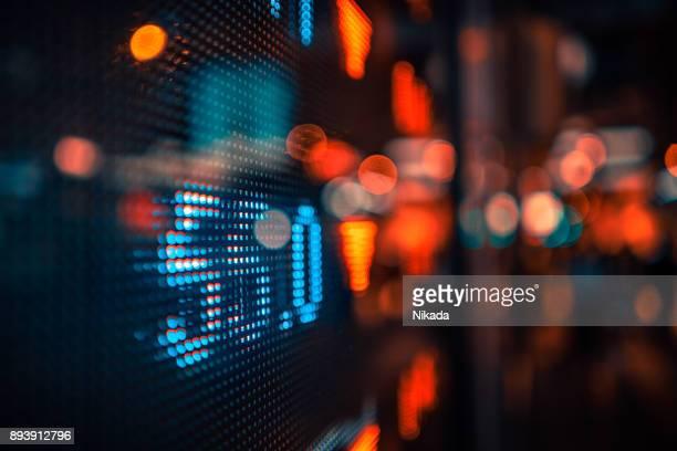 金融、株式市場の数字と街の明かり