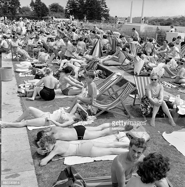 Finchley R Open air swimming pool General scenes of the crowd at the edge of the pool June 1960 M4329