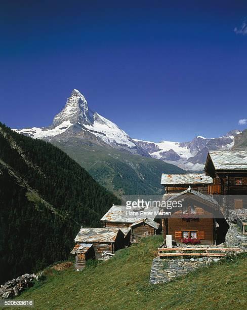 findeln village, view of the matterhorn, switzerland - flanco de valle fotografías e imágenes de stock