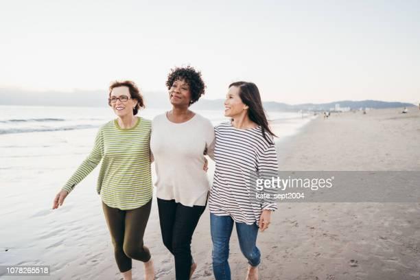 vinden van vrienden als je 60 + - wandelen lichaamsbeweging stockfoto's en -beelden