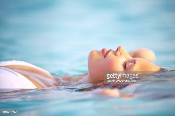 所見安らぎの夏の海 - 水に浮かぶ ストックフォトと画像