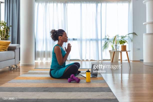 het vinden van je innerlijke rust - bewustwording over geestelijke gezondheid stockfoto's en -beelden