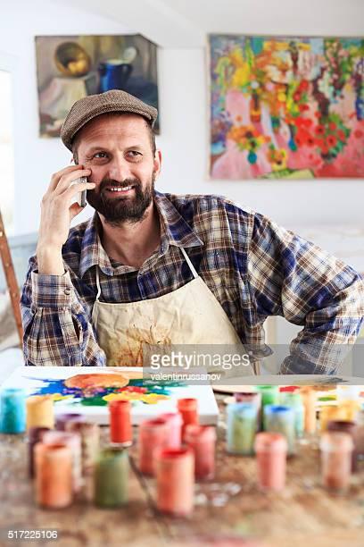 Kunst Maler reden am Telefon in seinem Atelier