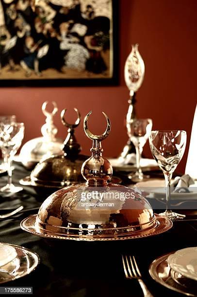 なクリスタルのテーブルセッティングのレストランです。