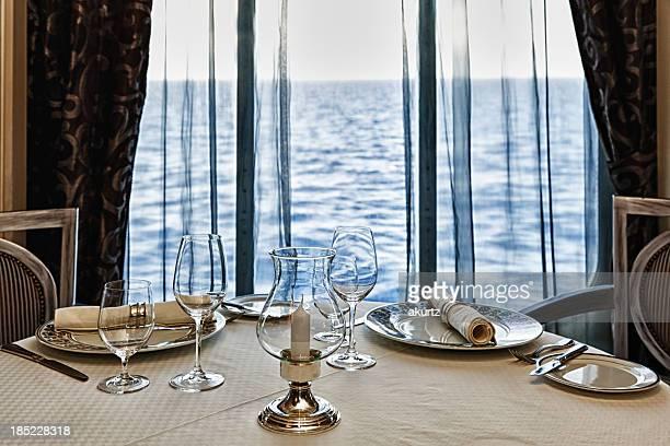 高級レストランのテーブルセッティング、2 つの海の眺め付き