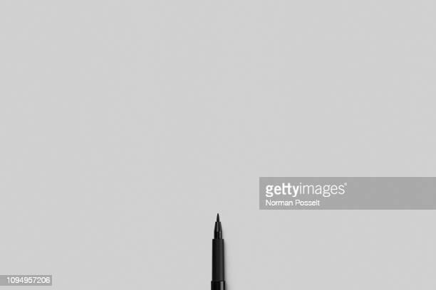 fine tip marker pen on gray background - opportunité photos et images de collection