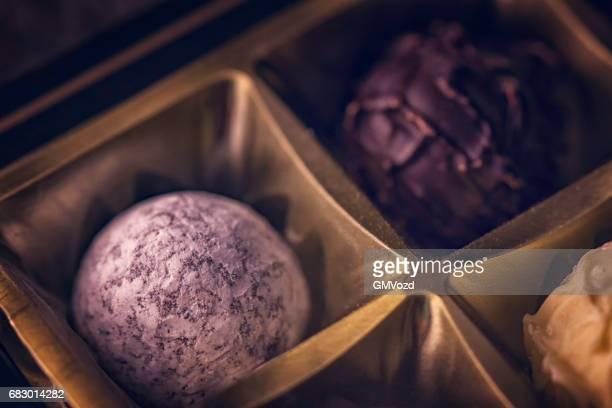 feinste pralinen - chocolate pieces stock-fotos und bilder
