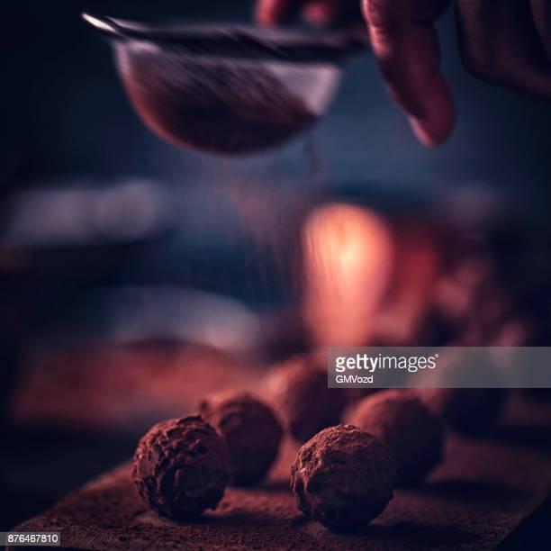feinste schokolade trüffel pralinen - chocolate pieces stock-fotos und bilder
