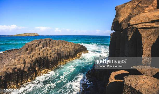 fingal head basalt rock formations - republic of ireland stock pictures, royalty-free photos & images