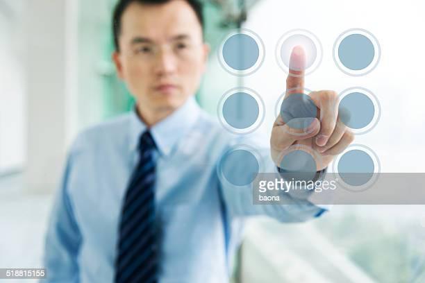 Dito premendo il pulsante