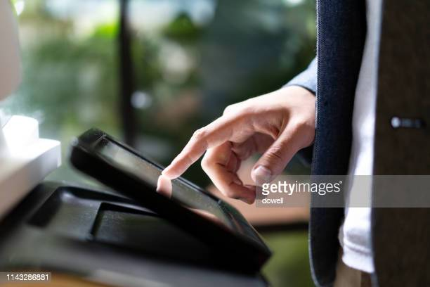 finger tounch screan of printer - 印刷機 ストックフォトと画像