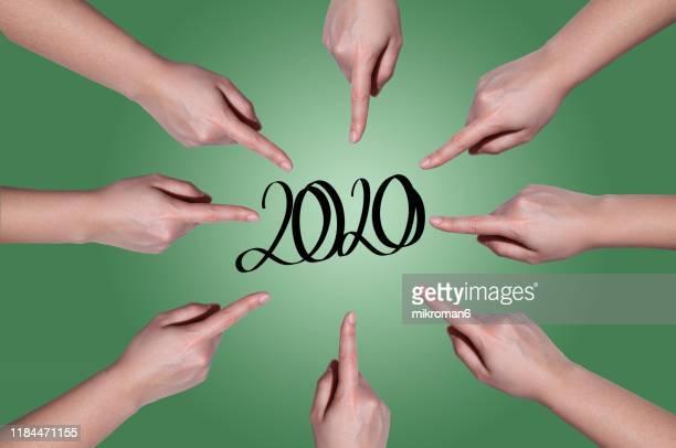 fingers pointing in a circle at 2020 - nieuwjaarsreceptie stockfoto's en -beelden