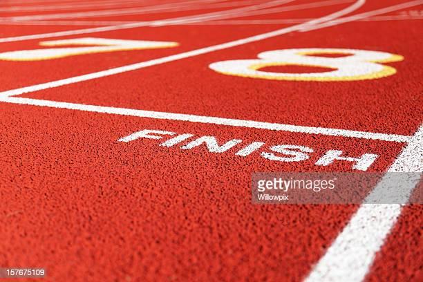 ziellinie in lane acht auf roten running racing track - ziellinie stock-fotos und bilder