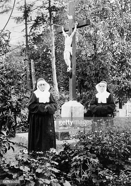 finishing school catholic finishing school in France nuns in front of a crucifix around 1900 published in Berliner Illustrirte Zeitung Nr 3/1903