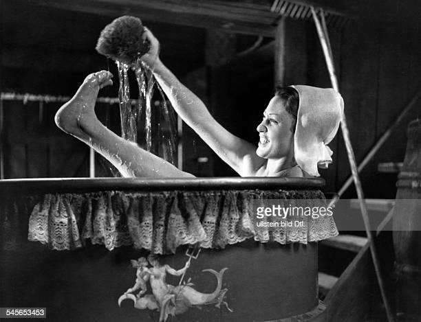 Finkenzeller Heli *Schauspielerin D in der Badewanne in dem Film 'Das Bad auf der Tenne' Regie Volker von Collande D 1943