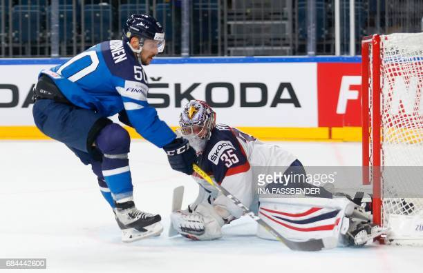 Finland's Juhamatti Aaltonen and USA's Torwart Jimmy Howard vie during the IIHF Men's World Championship Ice Hockey quarter-final match between USA...