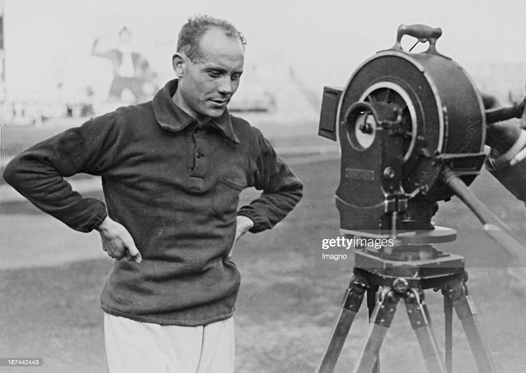 Finnish athlete and from 1920 to 1928 winner of nine gold medals at the Olympics Paavo Nurmi (1897-1973) in an interview with a sound film camera. About 1928. Photograph. (Photo by Imagno/Getty Images) Der finnische Leichtathlet und zwischen 1920 und 1928 Gewinner von neun Goldmedaillen bei Olympischen Spielen Paavo Nurmi (18971973) bei einem Interview mit der Tonfilmkamera. Um 1928. Photographie.
