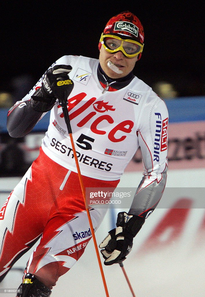 Finnish Kalle Palander watches the timeclock in the finish area after taking the third place in the World Cup men's slalom competition in Sestriere 13 December 2004. US Bode Miller won the competition while Switzerland's Silvan Zurbriggen took the second place. AFP PHOTO/Paolo COCCO