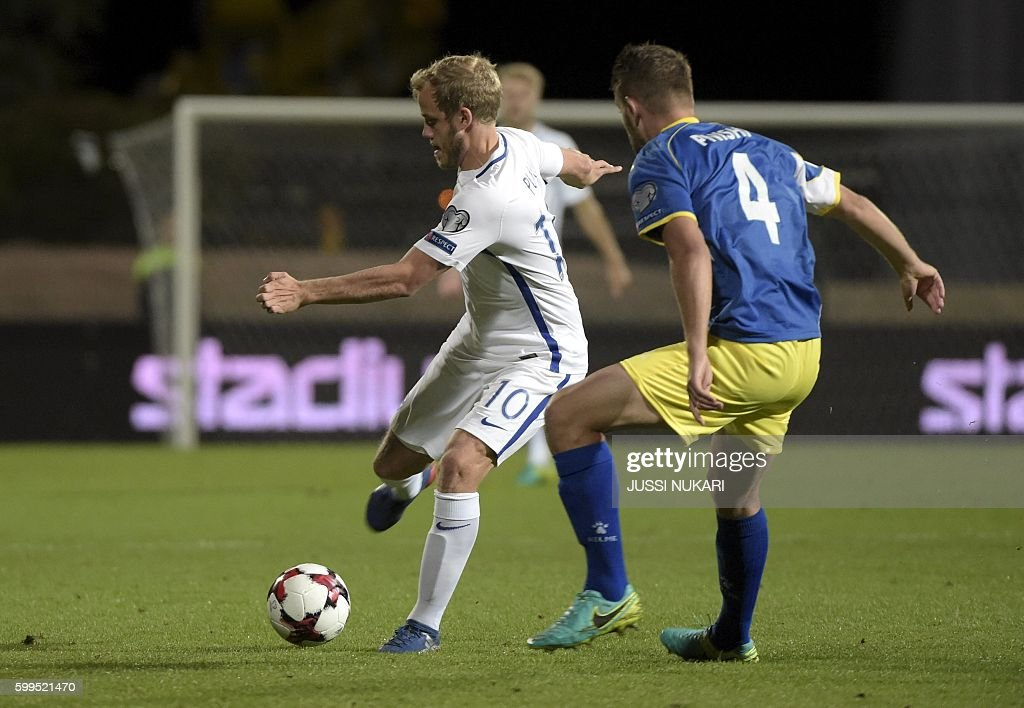 Finnish Teemu Pukki vies with Kosovar Alban Pnishi (r) during the WC 2018 football qualification match between (group I) Finland vs Kosovo in Turku on September 5, 2016. / AFP / Lehtikuva / Jussi Nukari / Finland OUT