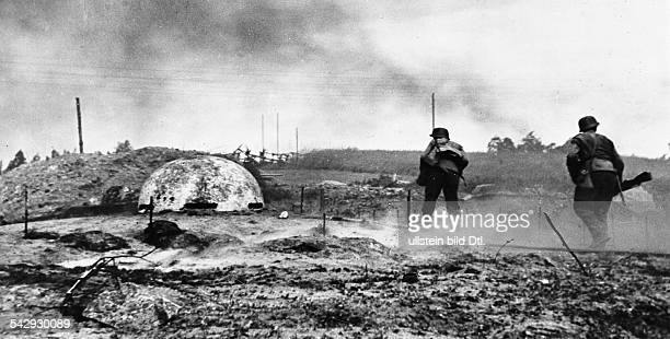 2WK Finnland / Finnlandfront Finnische Soldaten im Angriff gegen sowjetische Stellungen in Ost Karelien Einnahme einer BunkerstellungSeptember 1941