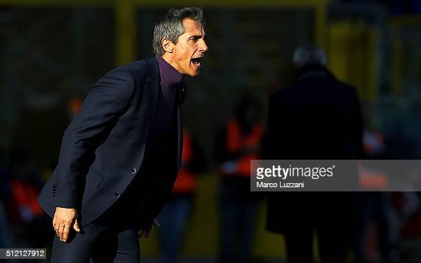 Fiorentina coach Paulo Sousa shouts to his players during the Serie A match between Atalanta BC and ACF Fiorentina at Stadio Atleti Azzurri d'Italia...