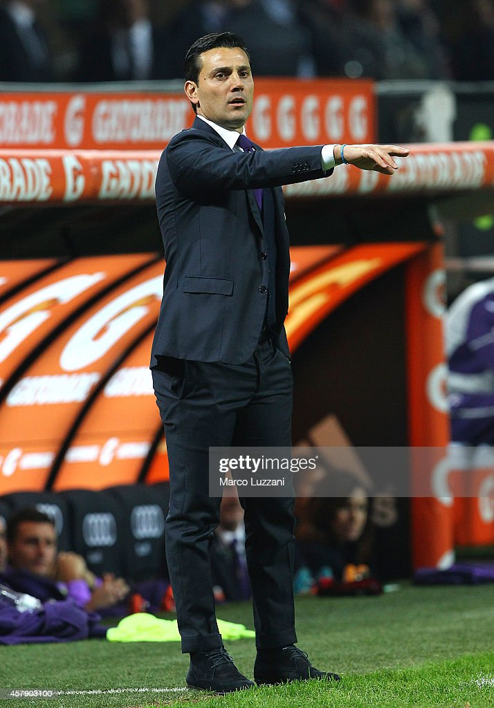 Fiorentina coach Vincenzo Montella issues instructions to his players during the Serie A match between AC Milan and ACF Fiorentina at Stadio Giuseppe Meazza on October 26, 2014 in Milan, Italy.