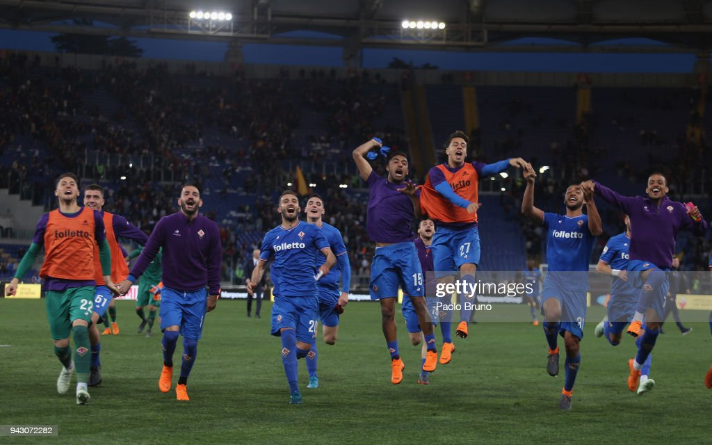 Fiorentina players celebrate the victory after the serie A match between AS Roma and ACF Fiorentina at Stadio Olimpico on April 7, 2018 in Rome, Italy.