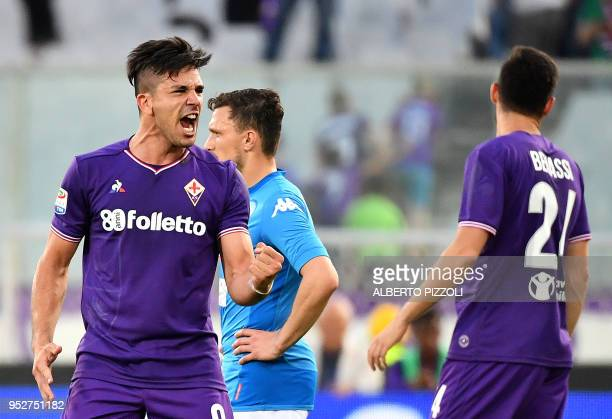 TOPSHOT Fiorentina's Argentinian forward Giovanni Simeone celebrates after scoring during the Italian Serie A football match Fiorentina vs Napoli on...