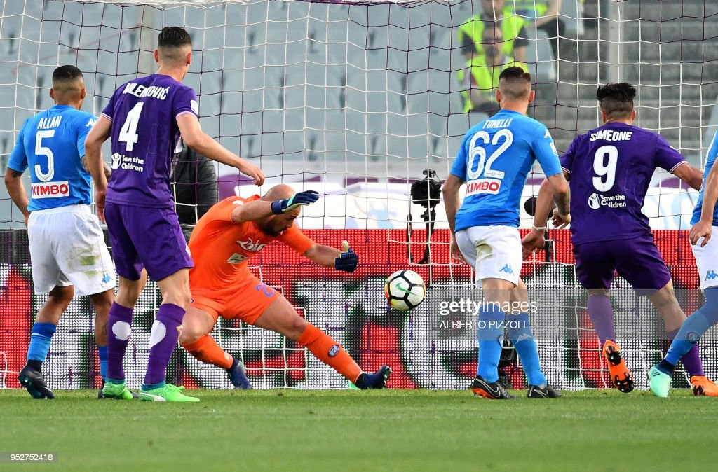 Fiorentina's Argentinian forward Giovanni Simeone (2ndR) scores past Napoli's spanish goalkeeper Pepe Reina (3rdL) during the Italian Serie A football match Fiorentina vs Napoli on April 29, 2018 at Artemio-Franchi stadium in Florence.