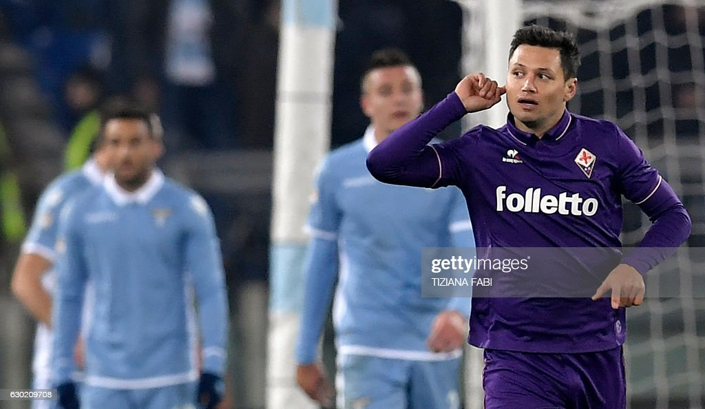 Fiorentina's Argentinian forward Mauro Zarate (R) celebrates after scoring a goal during the Serie A football match between Lazio and Fiorentina at Olympic Stadium in Rome on December 18, 2016. / AFP / TIZIANA