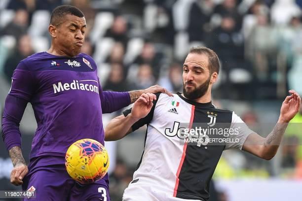 Fiorentina's Brazilian defender Igor Julio and Juventus' Argentinian forward Gonzalo Higuain go for the ball during the Italian Serie A football...