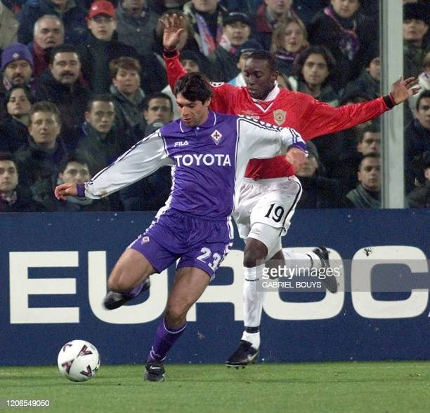 Fiorentina's defender Alessandro Pierini fights for the ball with Manchester United's forward Dwight Yorke during the Champions' League match...