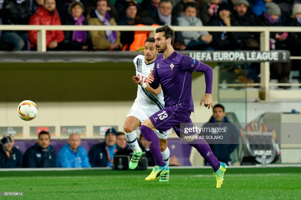 Fiorentina's defender from Italy Davide Astori (R) plays the ball during the UEFA Europa League football match Fiorentina vs Tottenham on February 18, 2016 at Florence's 'Artemio Franchi' comunal stadium. /