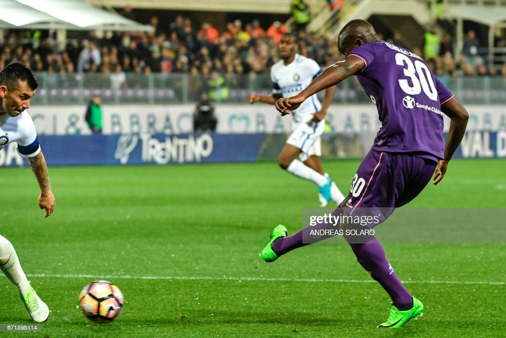 Fiorentina's forward from Senegal Khouma Babacar (R) shoots and scores during the Italian Serie A football match Fiorentina vs Inter Milan, on April 22, 2017 at Florence's 'Artemio Franchi' communal stadium. /