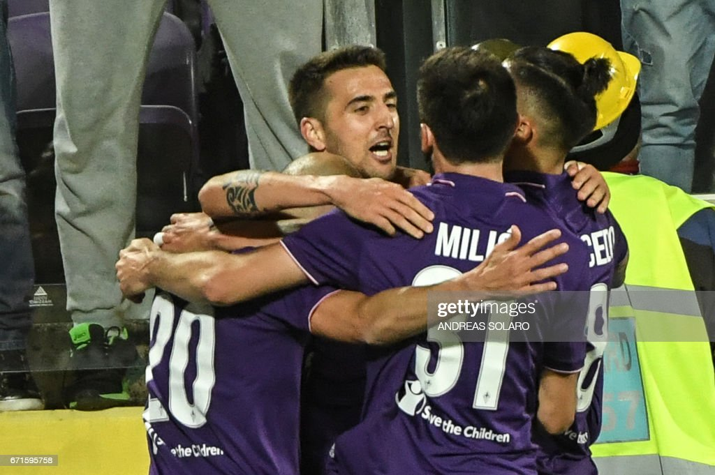 Fiorentina's forward from Uruguay Matias Vecino (C) celebrates with his teammates after scoring during the Italian Serie A football match Fiorentina vs Inter Milan, on April 22, 2017 at Florence's 'Artemio Franchi' communal stadium. /
