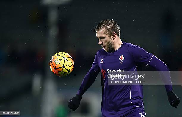 Fiorentina's midfielder from Poland Jakub B?aszczykowski controls the ball during the Italian Serie A football match Fiorentina vs Carpi at the...