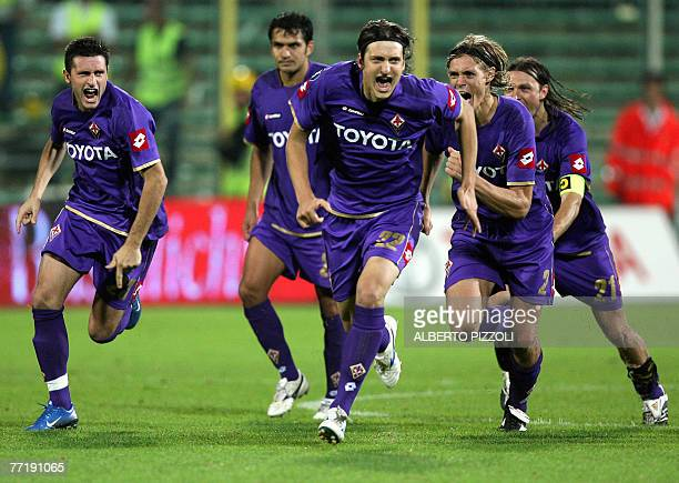 Fiorentina's Serbian midfielder Zdravko Kuzmanovic and teammates celebrate after defeating FC Groning during UEFA Cup second leg football match at...
