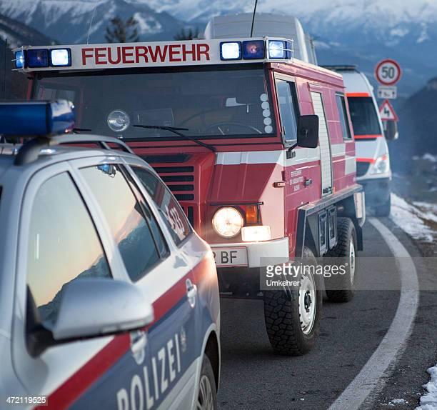 feuer und rettung service in den bergen - umkehrer stock-fotos und bilder