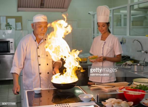 火とアジアン キッチンで鍋