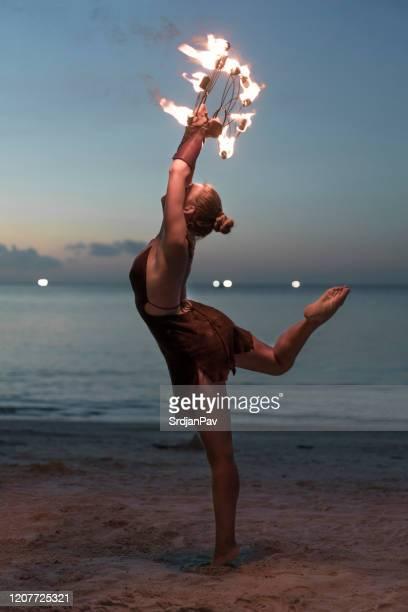 ballet de feu - arts culture et spectacles photos photos et images de collection