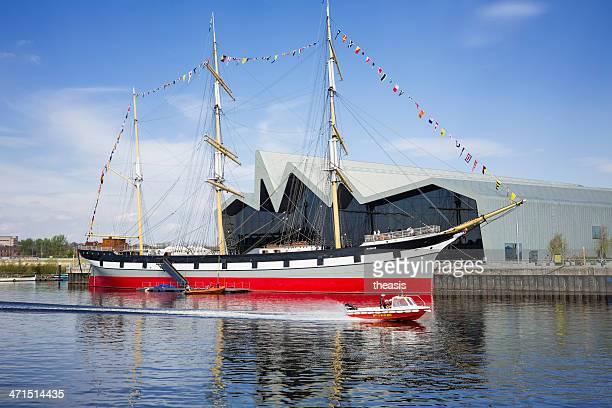 fire boat-pässe für das riverside museum, glasgow - theasis stock-fotos und bilder