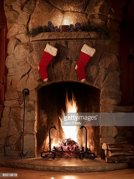 fire burning in fireplace at christmas - コロラド州 ニューキャッスル ストックフォトと画像