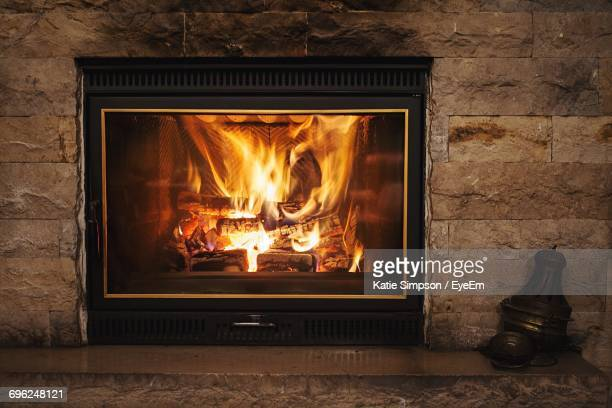 fire burning in fireplace - camino foto e immagini stock