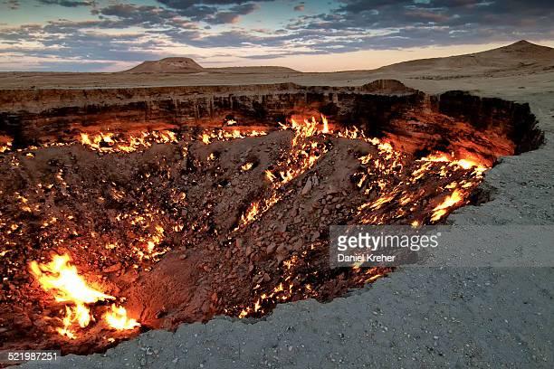 fire crater, gas crater, door to hell darvaza crater, derweze or darvaza, karakum desert, dasoguz province, turkmenistan - volcanic crater stock pictures, royalty-free photos & images
