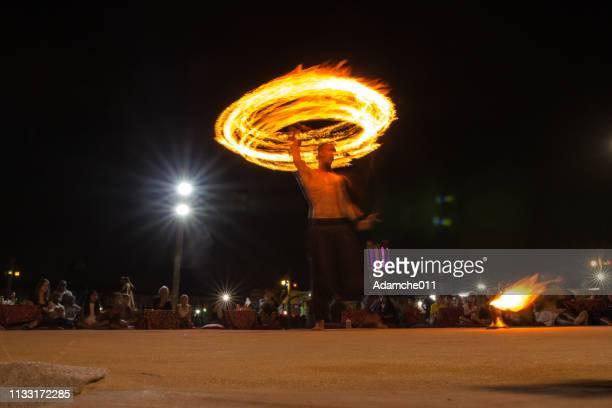 bailarín del fuego - faquir fotografías e imágenes de stock