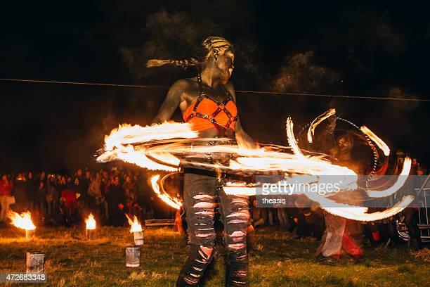 dançarinos de incêndio no beltane festival de fogo, edimburgo - theasis imagens e fotografias de stock
