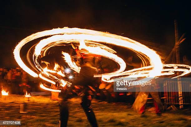 fuego bailarina en el festival beltane fuego, edinburgh - theasis fotografías e imágenes de stock