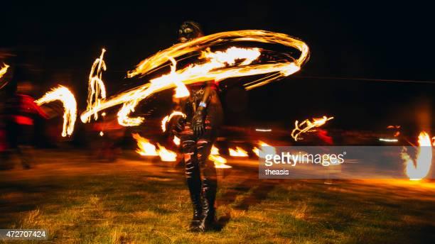 feuer tänzer im beltane fire festival, edinburgh - theasis stock-fotos und bilder