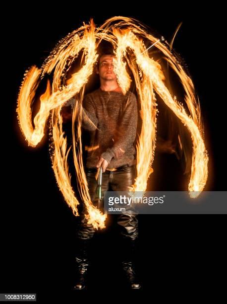 comedor de fogo fazendo fogo desempenho - faquir - fotografias e filmes do acervo